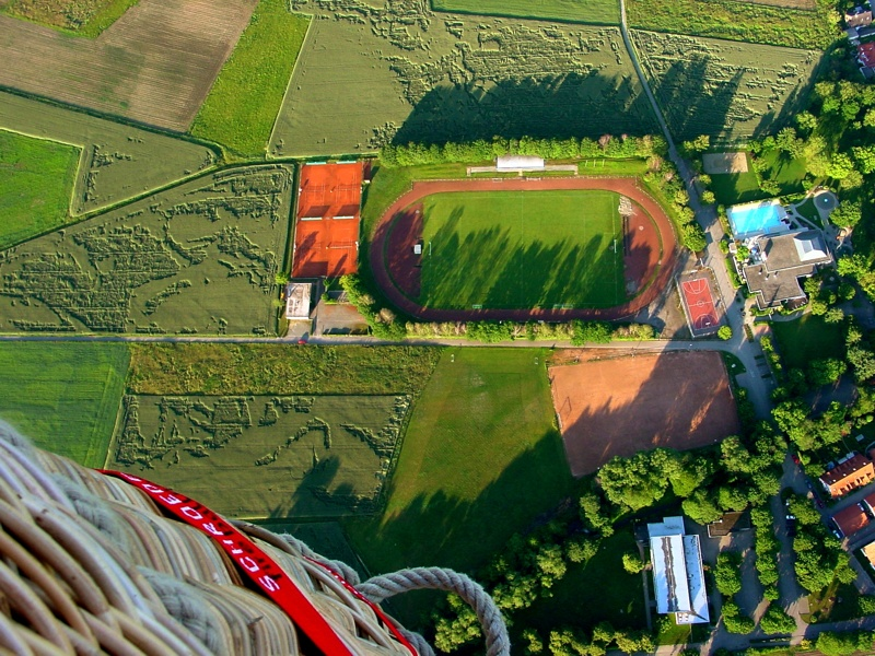 Ballonkorb über den Sportanlagen in Umkirch
